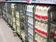 在超级市场架子的牛奶纸盒。 免版税图库摄影