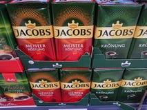 在超级市场架子的Jacobs咖啡 免版税库存照片