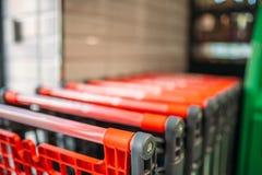 在超级市场特写镜头,没人的购物车 库存图片