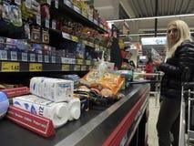 在超级市场的圣诞晚餐购物 图库摄影