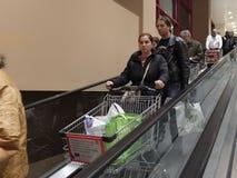 在超级市场的圣诞晚餐购物 免版税库存图片