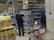 在超级市场的圣诞晚餐购物 库存图片