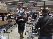 在超级市场的圣诞晚餐购物 免版税库存照片