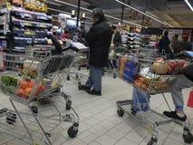 在超级市场的圣诞晚餐购物 免版税图库摄影