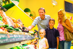 在超级市场的家庭买的杂货 免版税图库摄影