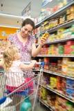 在超级市场的幸福 免版税库存照片