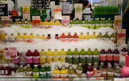 在超级市场的新鲜水果汁 免版税库存图片