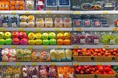 在超级市场的新鲜水果 免版税库存照片
