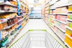 在超级市场的空的购物车 库存图片
