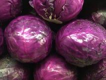 在超级市场的红叶卷心菜 库存图片