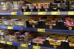 在超级市场的肉和鱼半成品搁置 库存照片
