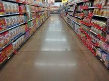 在超级市场的谷物走道 免版税库存图片