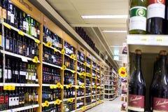 在超级市场的酒 库存照片