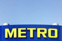 在超级市场的门面的地铁商标 免版税图库摄影
