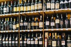 在超级市场立场的红色葡萄酒瓶 库存照片