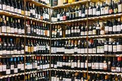 在超级市场立场的红色葡萄酒瓶 免版税库存图片