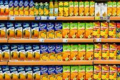 在超级市场立场的自然汁液瓶 图库摄影
