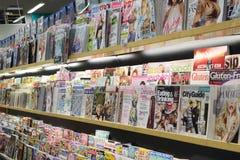 在超级市场里面的杂志和清洁产品 免版税库存图片