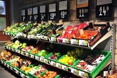 在超级市场shelfs的菜  库存图片