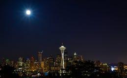 在超级月亮的城市光 免版税图库摄影