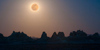 在超级的石峰的月亮 免版税库存照片