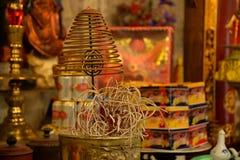 在越南寺庙的传统螺旋香火棍子 图库摄影
