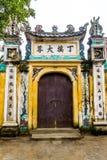 在越南寺庙的木老门 库存图片