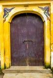 在越南寺庙的木老门 免版税库存照片