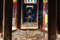在越南寺庙的香火灼烧的烟细节 库存照片