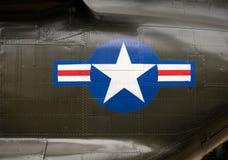 在越南战争直升机一边的美国陆军权威 免版税库存照片