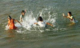 在越南河的亚洲儿童浴 免版税图库摄影