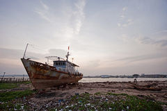 在越南的岸的被放弃的小船 库存图片