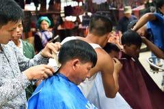 在越南的市场上剪的头发 免版税图库摄影