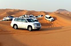 在越野汽车的迪拜沙漠旅行 图库摄影