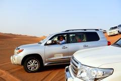 在越野汽车的迪拜沙漠旅行 免版税图库摄影