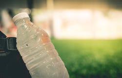 在足球场拷贝空间的新鲜的凉水瓶体育的 图库摄影