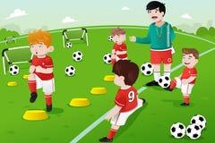 在足球实践的孩子 免版税库存照片