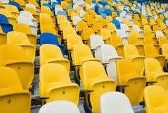 在足球比赛前的空的椅子 免版税图库摄影