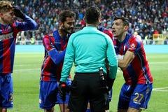 在足球比赛期间的球员在裁判员做压力 库存图片