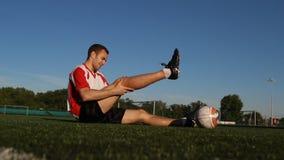 在足球比赛期间,球员受了伤 股票录像