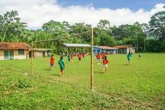 在足球比赛期间的女孩在玻利维亚 库存图片