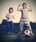 在足球的两个男孩戏剧 免版税库存照片