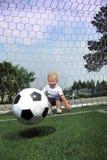 在足球的男孩戏剧 免版税库存图片
