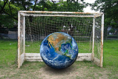 在足球目标的地球,包括美国航空航天局装备的元素 库存照片