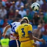 在足球赛期间,足球运动员执行 免版税库存图片