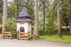 在足迹的小白色寺庙在Koscieliska谷。 免版税库存照片