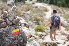 在足迹的旅游标志在山 免版税库存照片