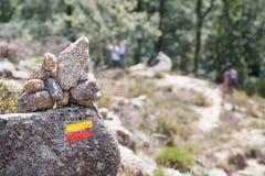 在足迹的旅游标志在山 库存照片