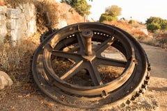 在足迹的生锈的嵌齿轮 图库摄影
