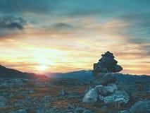 在足迹的被堆积的锋利的石头 在山岩石地面的重的白色小卵石堆  免版税库存图片